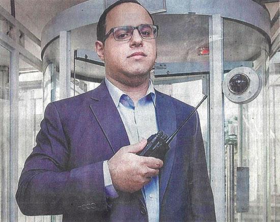 O síndico Claudio Lopes Alvazani, 30 anos, no prédio que administra, na Mooca (zona leste)