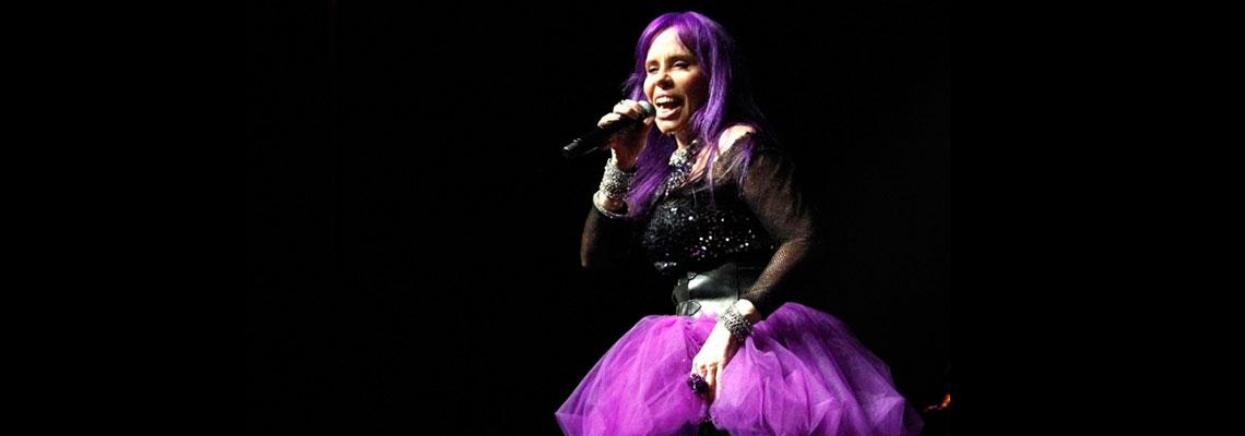 Baby Consuelo canta: Todo Dia Era Dia de Índio